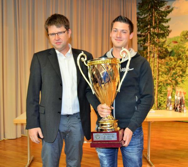 Der südbadische ADAC-Automobil-Slalom-Meister Dennis Zeug aus Freiamt wird Motorsportler des Jahres 2018 und erhält den Wanderpokal von Sportleiter Siggi Weber (links) .
