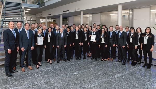 """""""Wir sind sehr stolz auf unsere zertifizierten Vorsorgeberaterinnen und -berater"""", so Volksbank-Vorstandsmitglied Fritz Schultis (links im Bild) im Rahmen einer Feierstunde bei der Übergabe der Urkunden."""