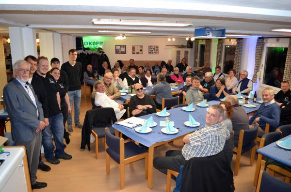Der stellvertretende Vorsitzende Axel Lehmann (DG3AL, 1.v.l.) sowie der Vorsitzende Markus Wallschlag (DH5WM, 2. v.l.) und das erfolgreiche Küchenteam (stehend) freuten sich über den sehr gut besuchten Neujahrsempfang!
