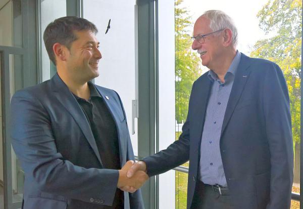 Robert Reichinger war zu Besuch im Rathaus in Denzlingen Bürgermeister Markus Hollemann (links) und Neu-Gemeinderat Robert Reichinger  Foto: Gemeinde Denzlingen