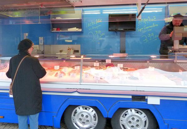 Neuer Fischhändler auf dem Wochenmarkt in Lörrach - Marco Peters bietet zukünftig umfangreiches Fisch-Sortiment an Marco Peters in seinem Fischstand.   Foto: Stadt Lörrach