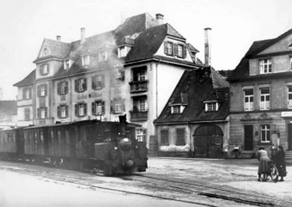 """17. Januar: Vortrag über die Bahngeschichte in Lahr  Bähnle vor dem """"Schlüssel"""".  Foto: Norbert Klein"""