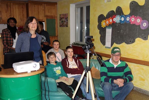 Kinder und Jugendliche kunterhielten sich per Skype über unterschiedliche  Weihnachtsbräuche