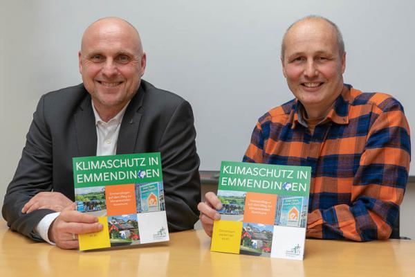 Neue Klimaschutzbroschüre der Stadt Emmendingen zeigt Einsparungsmöglichkeiten - Oberbürgermeister Stefan Schlatterer und Klimaschutzmanager Armin Bosien (rechts) zeigen die neue Klimaschutzbroschüre der Stadt Emmendingen.