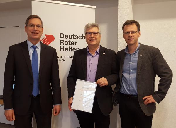 Dank und Anerkennung sprachen der DRK-Kreisvorsitzende Hanno Hurth (links) und Kreisgeschäftsführer Alexander Breisacher Roland Heß (Bildmitte) für seine Treue zum DRK-Kreisverband Emmendingen aus.
