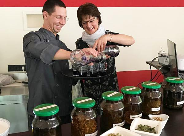 """Die wunderbare Welt der Tee-Variationen boten bei der """"Tee-Stunde im Café"""" die Referentin und Kräuterpädagogin Monika Rein unterstützt von kulinarischen Einlagen des Heimbacher Schlosscafés.  (Foto: Regina Keller)"""