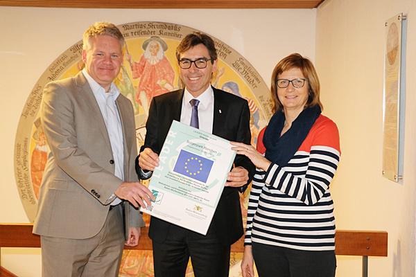 Von links: Ulrich Döbereiner, Bürgermeister Bernd Siefermann und Dorothée Kuhnt bei der Übergabe der LEADER Erläuterungstafel.  © Foto: Stadt Renchen