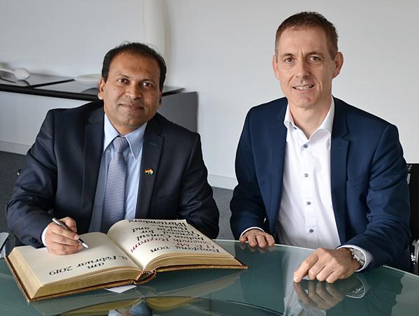Oberbürgermeister Jörg Lutz (rechts) und der Indische Generalkonsul Sugandh Rajaram.  Foto: Stadt Lörrach