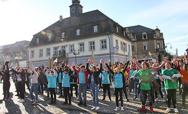 """""""One Billion Rising"""" (""""Eine Milliarde erhebt sich""""): Protestaktion für ein Ende der Gewalt gegen Frauen - 160 Schülerinnen und Schüler tanzten auf dem Marktplatz in Emmendingen  Foto: Reinhard Laniot / REGIOTRENDS-Lokalteam """"EM-extra"""""""