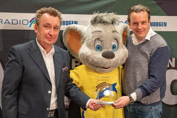 Alle Preisträger der Radio Regenbogen Awards stehen jetzt fest - Von links: Programmchef Klaus Schunk, Europa-Park Maskottchen Eddi, Europa-Park Geschäftsführer Michael Mack.