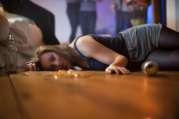 """""""Mädchen liegt am Boden""""   Foto: DAK-Gesundheit/Wigger"""