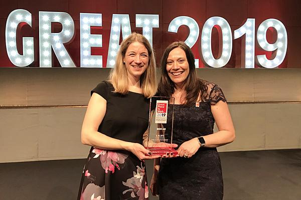Anne Hegemann (links) und Petra Dier (rechts) aus der Personalabteilung der SICK AG nahmen den Preis als einer der besten Arbeitgeber Deutschlands 2019 in Berlin in Empfang.   Foto: Sick AG Waldkirch