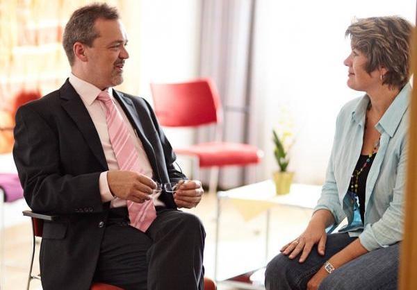 Prof. Dr. Christoph Bielitz im Patientengespräch (© Sigma-Zentrum)