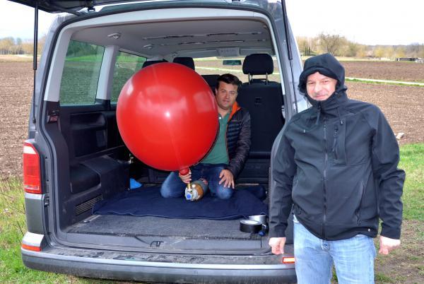 Rawan Werner (DF7RW7, im Auto) befüllt zusammen mit Sascha Blümle (DH2SE) den Ballon mit Helium.