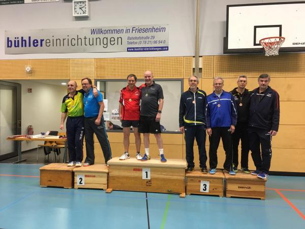Martin Frey (TV Denzlingen, Vierter von rechts) freut sich über die Bronzemedaille im Doppel mit seinem Partner Berthold Schulz (TV Lahr).
