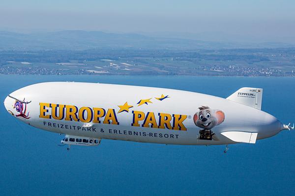 Snorri und Ed Euromaus grüßen vom Zeppelin.   Foto: Michael Häfner