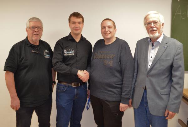 In Begleitung von Joachim Wolbeck (links) und Axel Lehmann (rechts) reichte Markus Wallschlag (2.v.l.) mit Handschlag und besten Glückwünschen das Amt des Vorsitzenden an Alexander Brüske (3.v.l.) weiter.