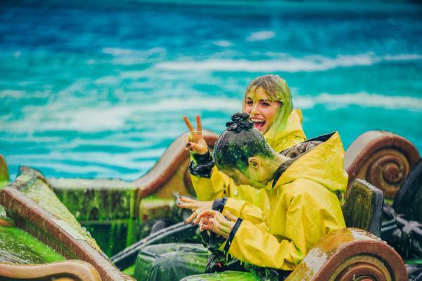 Lena Gercke und Lena Meyer-Landrut in der Wasserachterbahn Atlantica SuperSplash