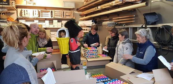 Traditionell beginnen die Vorbereitungen auf die Osterwoche in Emmendingen beim Gewerbeverein mit dem Bekleben der bunt gefärbten Ostereier.  Bild: Karl-Friedrich Jundt-Schöttle