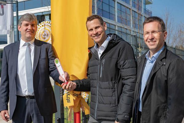 Stryker hat nun eine eigene Haltestelle - Von links: Stryker-Geschäftsführer Christoph Gerber, die VAG-Vorstände Oliver Benz und Stephan Bartosch.