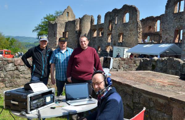 Hartwig Kauschat (DL7BC), Gast Roland Lupberger (DL7GAR) und Alexander Brüske (DL1AFA, von links) sowie Gast Michael Bähr (DL6GD, sitzend) faszinierten die Besucher der Hochburg und die europäischen Funkamateure gleichermaßen mit ihren drahtlosen Kontakten.