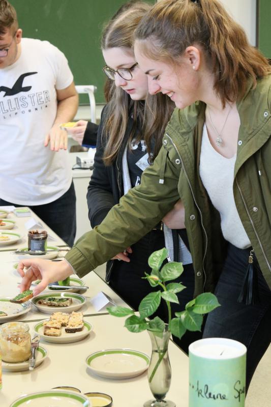 Niklas Bührer, Laura Gutjahr und Leonie Fleig am Umwelttag bei der Verkostung von selbst hergestellten Bio-Brotaufstrichen