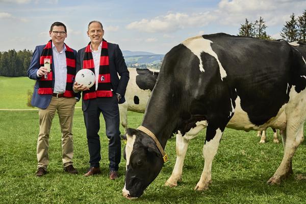 Auf eine gute Partnerschaft: Oliver Leki, Vorstand des SC Freiburg, und rechts Andreas Schneider, Geschäftsführer der Schwarzwaldmilch, freuen sich über die vorzeitige Vertragsverlängerung.