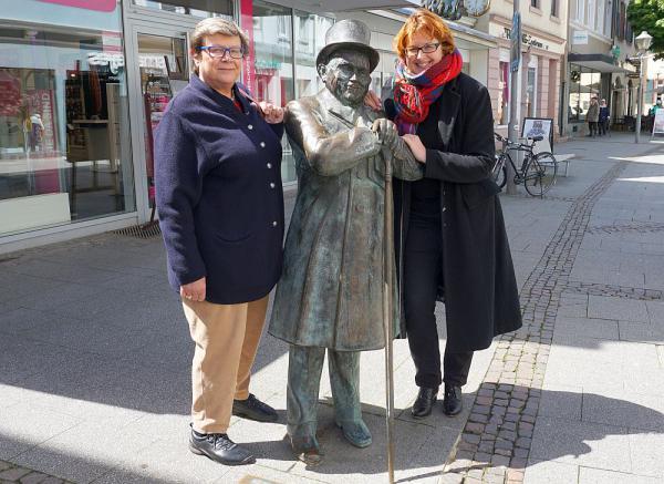 """""""D`r Andres hät sin Stecke wiider!"""" - Entfernter Stock der Andres-Figur in der Steinstraße in Offenburg wurde wieder anmontiert.  Foto: Stadt Offenburg"""