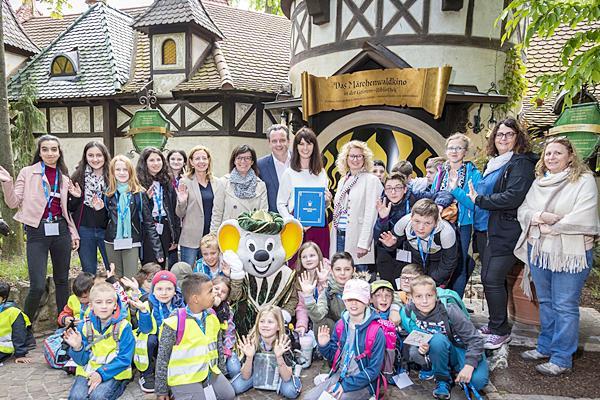 Die Kinder waren von der Märwertstunde mit Miriam Mack (hinten Mitte) in Grimms Märchenwald des Europa-Park begeistert.   Foto: Europa-Park