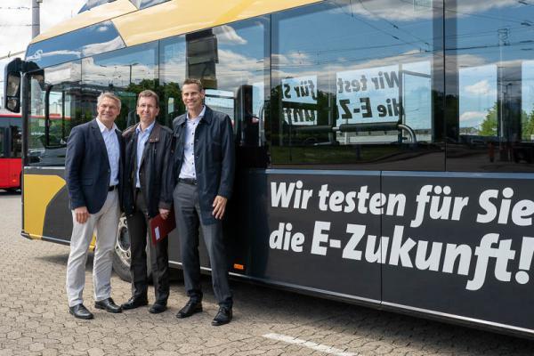 Vorgeschmack auf die Freiburger Bus-Elektromobilität - Von links: Finanzbürgermeister Stefan Breiter, VAG-Vorstände Stephan Bartosch und Oliver Benz.