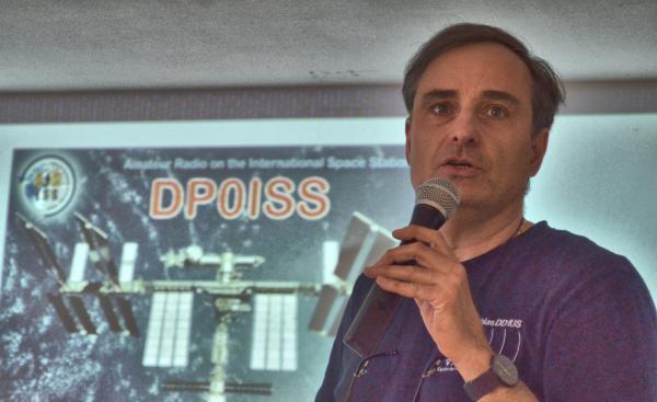 Matthias Bopp (DD1US) berichtete mit großer Begeisterung über die Schulkontakte zur Weltraumstation und dem deutschen Astronauten Alexander Gerst.