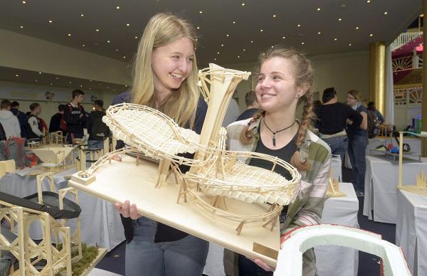 """Nachwuchsingenieure kreierten Achterbahnmodelle. Das Siegermodell """"ANTHEA"""" (ab Klassenstufe 9) von Sarah Hermle und Oana Marc.  Foto: Europa-Park"""