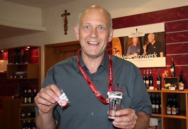Glottertäler Rebhisli-Tour für wanderfreudige Genießer - Roter-Bur-Geschäftsführer Udo Opel schätzte die Besucherzahl bei den Glottertäler Winzern um 12 Uhr und lag bei den rund 3000 Wanderern sicher nicht falsch. Die Startersets mit Chips für vier Gläschen Wein waren tausendfach gefragt!