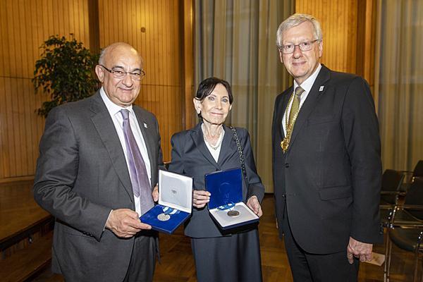 Robert Bauer und Eva Mayr-Stihl wurden von Rektor Hans-Jochen Schiewer mit der Ehrensenatorenwürde ausgezeichnet (von links).   Foto: Patrick Seeger