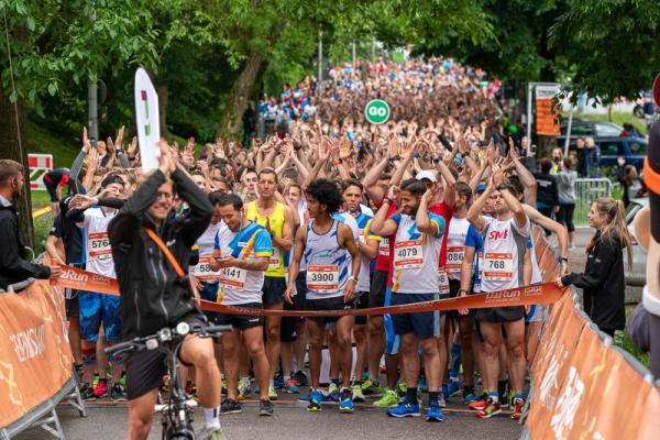 6500 Teilnehmer starteten beim vierten Freiburger B2Run - Die ambitionierte Gruppe der Durchstarter gingen zuerst auf die Strecke.