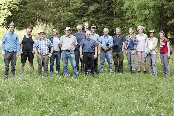 Die deutsch-französische Jury auf der Wiesenfläche von Bernhard Maier (2. von links) in Dachberg-Wittenschwand.  Foto: © Friederike Tröndle/Naturpark Südschwarzwald