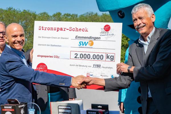 48° Süd und Stadtwerke Emmendingen sparen Energie und CO²-Emissionen - Symbolischer Stromspar-Scheck über 2 Millionen Kilogramm CO² Einsparung überreicht von 48° Süd-Geschäftsführer Patrick Kretzdorn an Stadtwerke-Chef KArl-Heinz Jung (rechts).