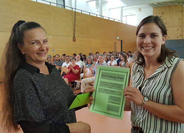Susanne Wagner, Abteilungsleiterin der Berufsschule der Carl-Helbing-Schule, überreicht Britta Geiser den Carl-Helbing-Preis für die jahrgangsbeste Berufsschulabschlussprüfung.