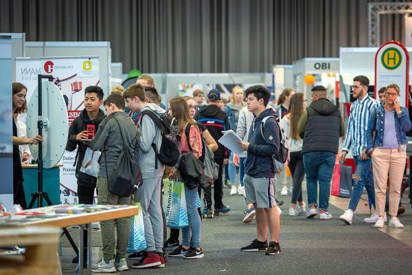 Über 9.000 Besucher informierten sich auf Job-Start-Börse in Freiburg. Schülerinnen und Schüler bekamen auf der Messe Berufe praxisnahe Einblicke in rund 200 Berufe.  Foto: Klaus Polkowski