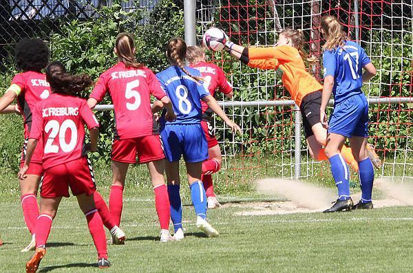 U17-Juniorinnen: SC Freiburg gegen Turbine Potsdam 3:1 (1:1) - Führungstreffer zum 2:1 durch Selina Fockers    REGIOTRENDS-Foto: Reinhard Laniot