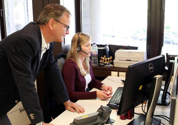 Alle Anrufe für sammeln sich im Büro von Rebecca Weber.