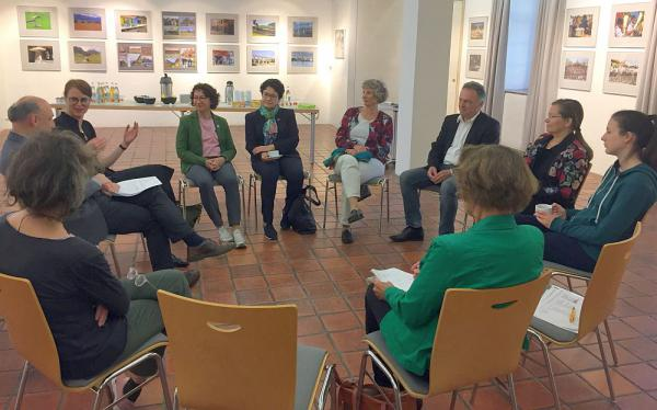 Grüner Besuch im Dreiländermuseum in Lörrach.  Foto: Büro Josha Frey