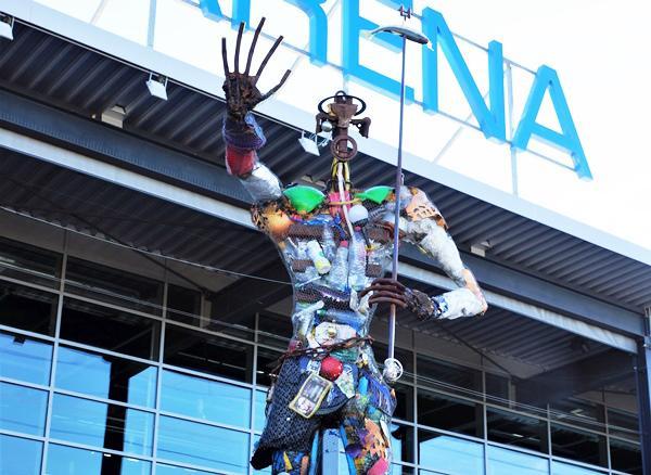 """Der """"Plastikmensch"""" setzt seine """"Wanderung"""" durch Freiburg fort - Aus Plastikmüll erbaute und von Energie- und Umweltdienstleister Badenova ersteigerte Skulptur wird am 14. Juni auf Karlsplatz aufgebaut.  Foto: Badenova AG"""