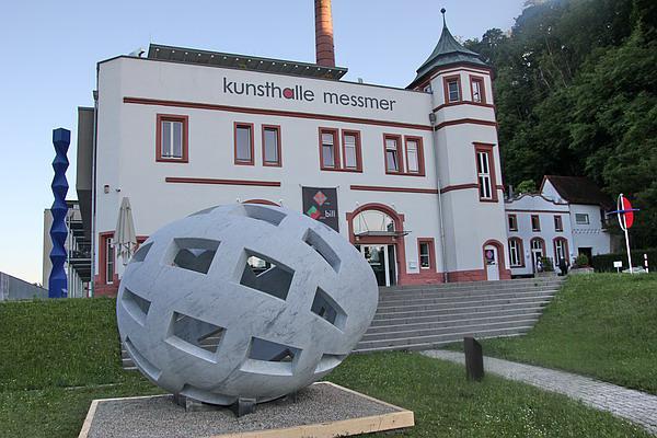 """""""Globo Uovo"""" (das globale Ei) jetzt im Skulpturenpark der Kunsthalle Messmer in Riegel  REGIOTRENDS-Foto: Reinhard Laniot"""