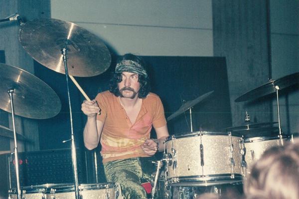 Pink-Floyd-Schlagzeuger Nick Mason bei einem Konzert in den Anfangstagen der Band; die Herkunft des Fotos ist unbekannt. Quelle: Sammlung ZPKM