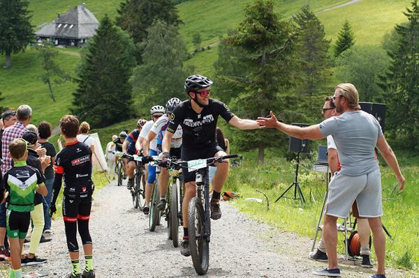 Ausgelassene Stimmung am Col de Stollenbach   Foto: Johanna Althaus