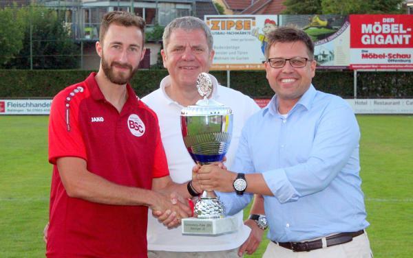 AXA Kaiserstuhl-Cup um den Fürstenberg-Pokal: Der Cup bleibt am Kaiserstuhl. Von links: Tobias Klein (Kapitän Bahlinger SC), Bernd Karkossa (AXA Versicherungen) und Markus Weiss (Fürstenberg Brauerei).