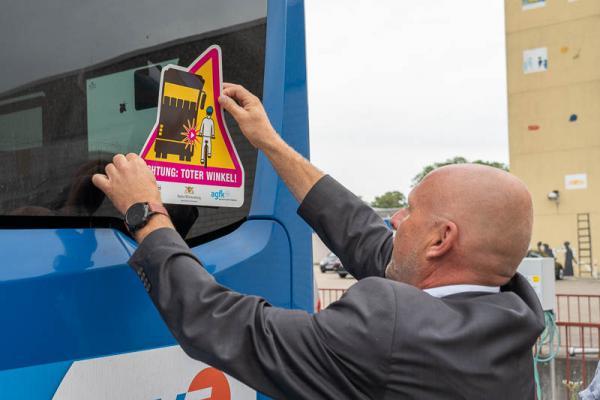 Neue Aufkleber sollen auf Emmendinger Arbeitsfahrzeugen und Stadtbussen vor Unfallrisiken warnen