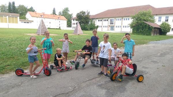 Die neuen Fahrzeuge, die aus dem PS Sparen der Sparkasse Schwarzwald-Baar finanziert wurden, bringen nicht nur Spaß und gute Laune, sondern fördern auch die Motorik der Schüler. (  Foto: Stadt Villingen-Schwenningen