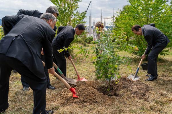 Delegation aus Freiburgs Partnerstadt Matsuyama pflanzt anlässlich der 30-jährigen Städtepartnerschaft mehrere Bäume